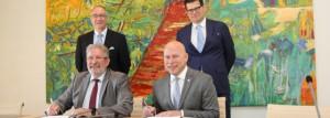 Mars di Bartolomeo, Président de la Chambre des Députés, et le Pr. Stéphane Pallage, Recteur de l'Université du Luxembourg, ont signé deux conventions en présence de Claude Frieseisen, Secrétaire général de la Chambre des Députés, et du Pr. Philippe Poirier, titulaire de la Chaire de recherche en études parlementaires.